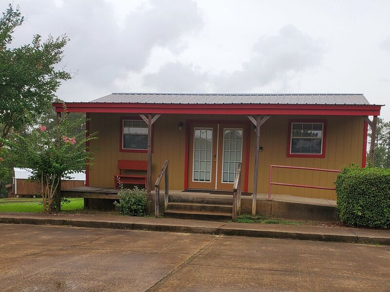 Very clean, affordable, pet friendly, small cabin in South Toledo Bend, Texas., casa vacanza a Vernon Parish