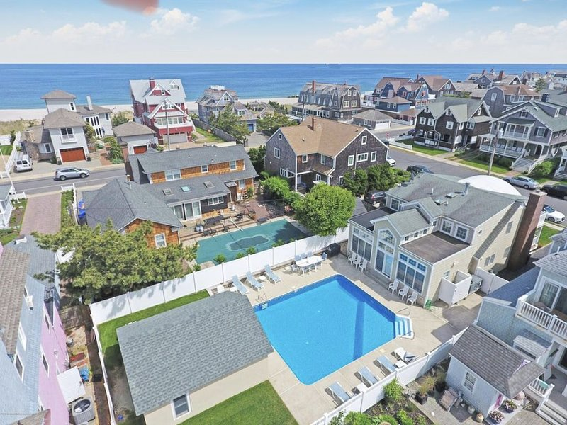 Bay Head Family Escape Steps to Quiet Beach with Pool, alquiler de vacaciones en Point Pleasant