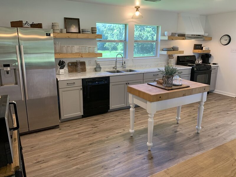 The Little White Farmhouse (2 Private Acres), holiday rental in Montgomery