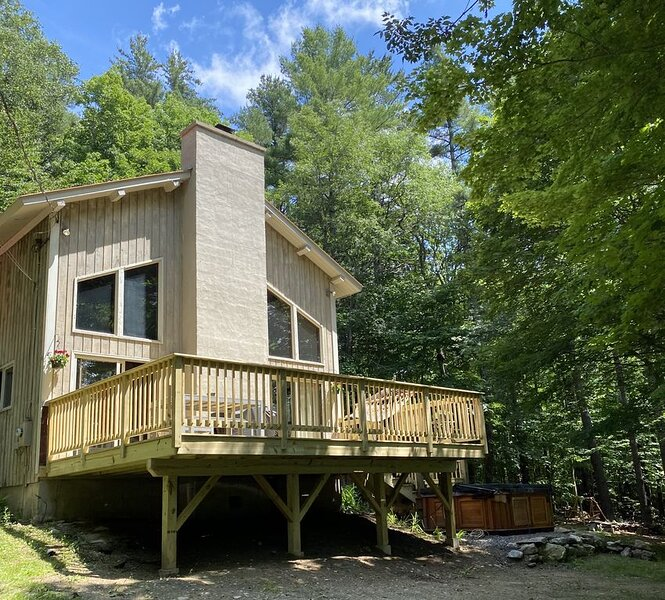 Relax, Hike, Bike in Southern VT! House with Hot Tub, Fire Pit, alquiler vacacional en Wardsboro
