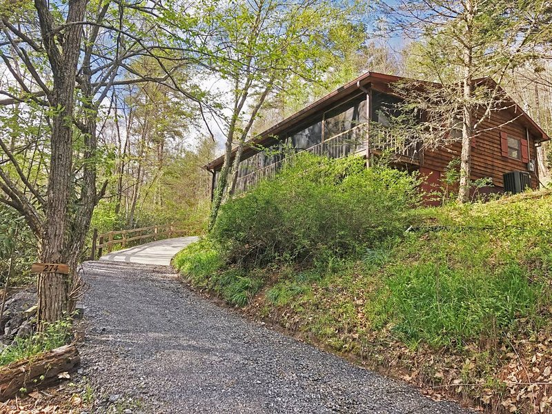Casita by the Creek. 2/2 Pet Friendly Upscale Cabin in Hayesville NC., holiday rental in Hayesville