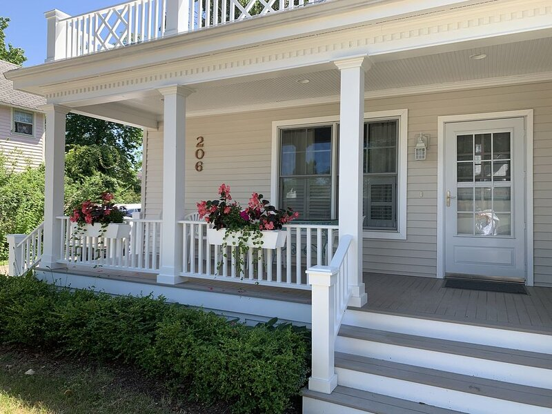 Classic Cottage in Downtown Charlevoix near Library, Beach, & Bridge, casa vacanza a Charlevoix