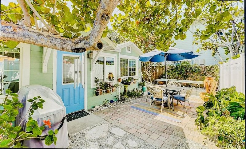 Naut 2 Shabby Bungalow In the Heart of Anna Maria Village, holiday rental in Anna Maria