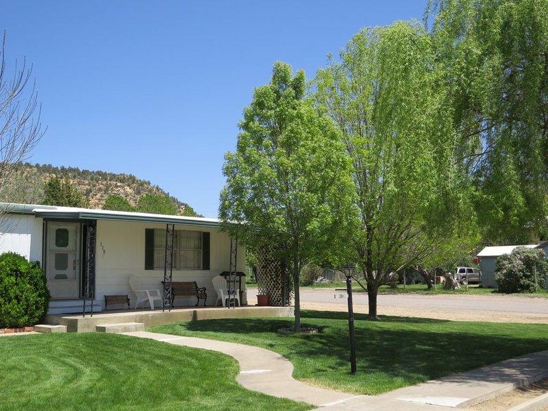 Comfortable family home on quiet street in center of magnificent parks!, aluguéis de temporada em Glendale