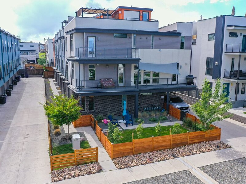 End Unit Townhome, 3 Patios! LARGE Rooftop Deck! Mercedes Benz for rent too!, vakantiewoning in Denver