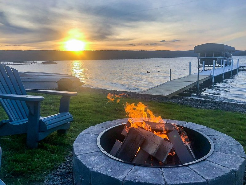 Lazy Loon Cottage is a Charming KEUKA LAKE cottage with amazing views!, casa vacanza a Tyrone