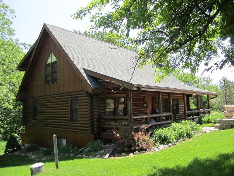 Beautiful 3 level Log Home in the Galena Territory, holiday rental in Shullsburg