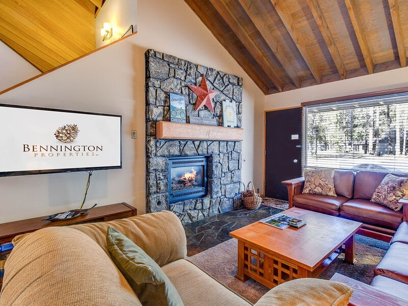 Short Walk to Village, Enjoy the Spacious Grass Lawn, Hot Tub, Bikes - MEAD04, vacation rental in Central Oregon