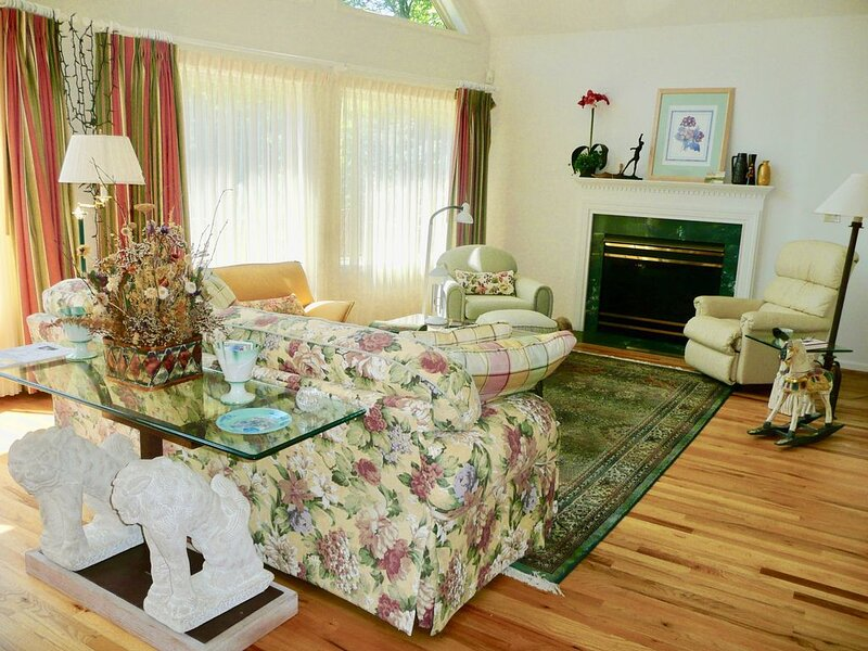 3 BR Chalet 60 Mi. West of Washington (Linden/Front Royal Va), vacation rental in Winchester