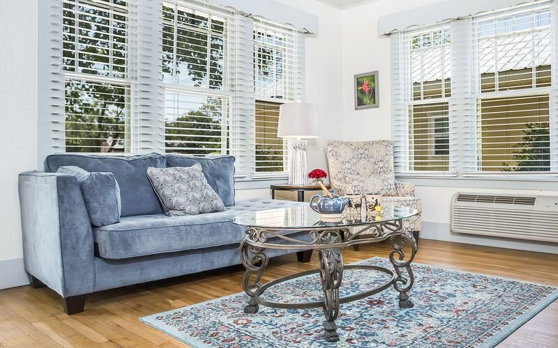 Main Street Retreat Old Rectory | King Bed | Shared Hot Tub/ Pool Access, vacation rental in Fredericksburg