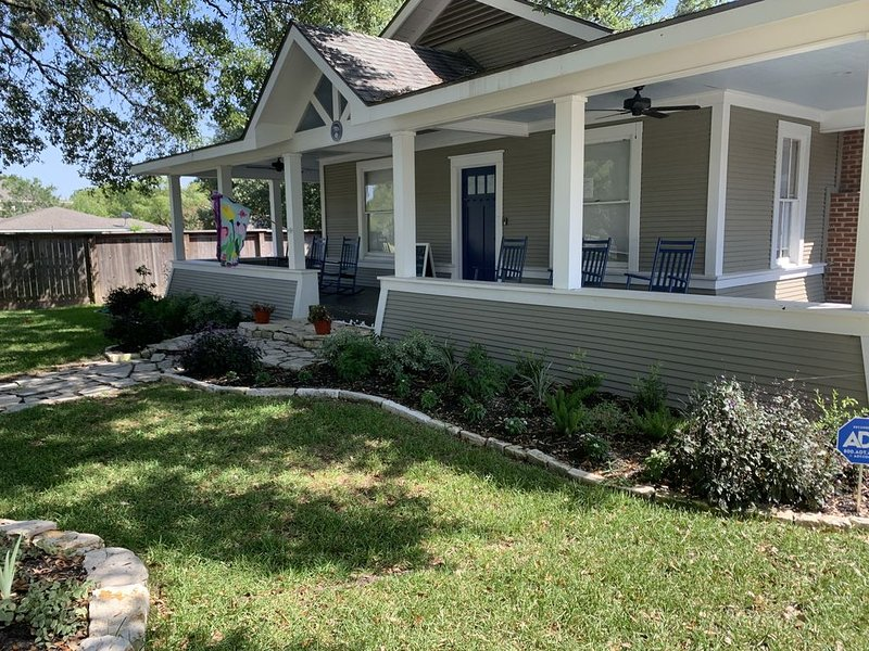 LOCATION  - LARGE RENOVATED HISTORICAL HOME- SLEEPS 10 - STEPS TO KYLE FIELD, holiday rental in College Station