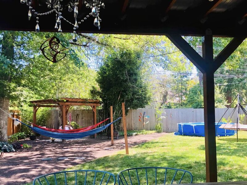 Backyard paradise w/ above-ground pool. 1 mile from UO and Hayward Field, vacation rental in Creswell