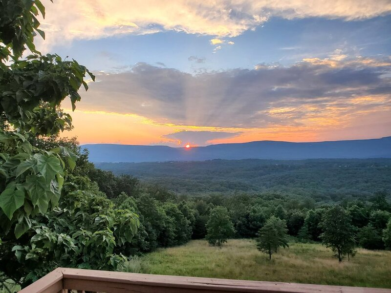 Great views, hike onsite, work remotely, huge smart TVs & hot-tub, vacation rental in Winchester