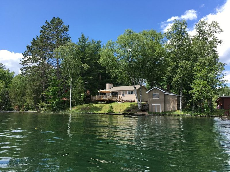 Water Front Cabin on Beautiful West Bass Lake, Sleeps 6, Swim, Fish, Boat, holiday rental in Little Lake