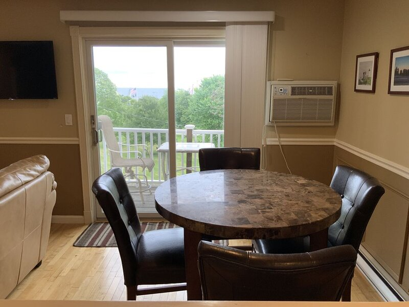 Great Getaway in Old Orchard Beach For 2, walking distance to everything, location de vacances à Old Orchard Beach