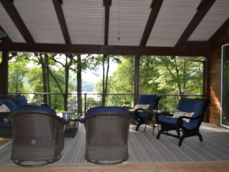 Spacious, Renovated Lake House with Incredible Views & Room For Everyone!, Ferienwohnung in Lake Toxaway