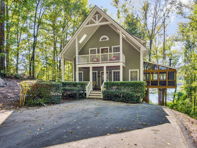 Luxury Lakefront Cabin - NEW Large Outdoor Living Area, Hot Tub & Pool Table, holiday rental in Dawsonville