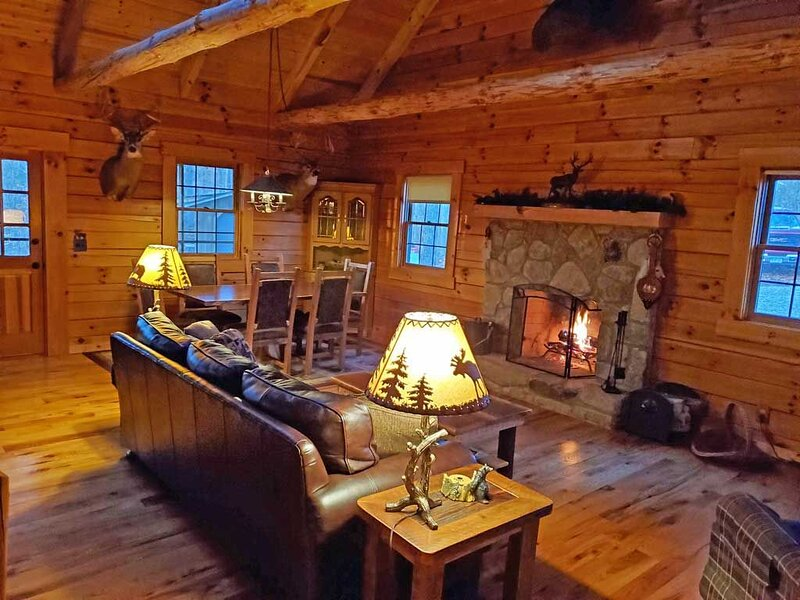 Catch some R&R with Timber Lodging (Non-Smoking Cabin), aluguéis de temporada em Nelsonville