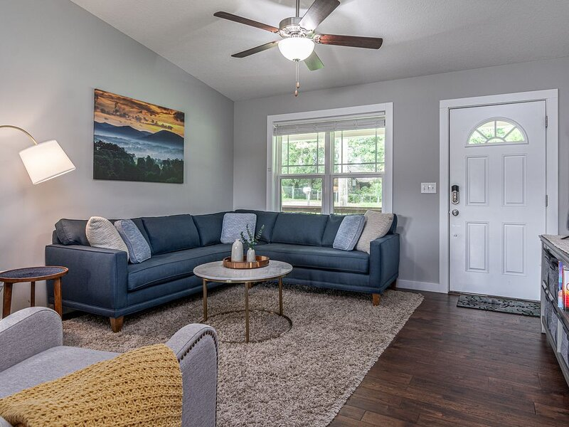 Beautiful New Construction Home - 7 miles (18 min) to downtown Asheville, holiday rental in Woodfin