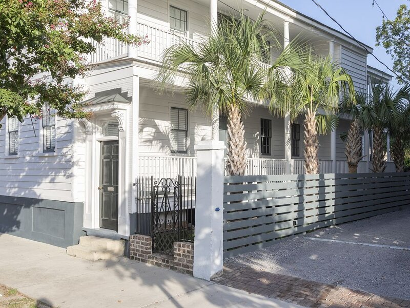 Cabana House Retreat- Private Home with Porches & Parking, holiday rental in Charleston