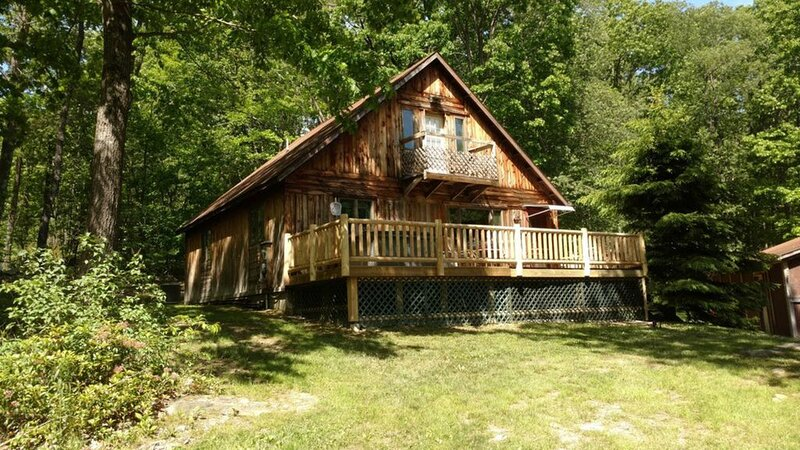 Cozy Cabin with AC, Hot Tub, Fire Pit, Dog Friendly, Close to State Park, Wisp, holiday rental in McHenry