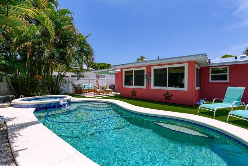 Private Salt Water Pool & Spa, WALK TO BEACH, near Bean Point, GROUND LEVEL., casa vacanza a Anna Maria