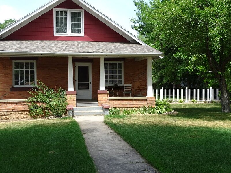 Stay in this beautiful 1905 Craftsman Bungalow., location de vacances à Spearfish