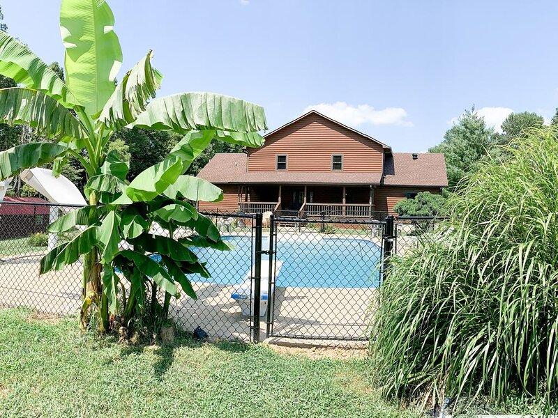 CMR Hideaway Lodge poolside, holiday rental in Scottsville