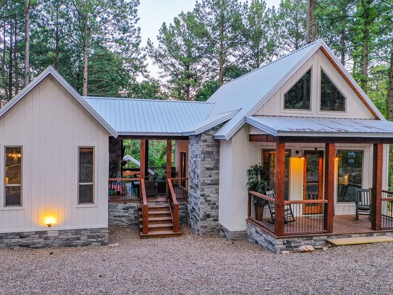 *NEW 2020* Toasted Marshmallow Farmhouse-Style Lux Cabin w/ 3 King Suites + Loft, holiday rental in Broken Bow