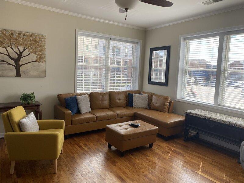 Prime location! Downtown Auburn 2 bedroom open concept Apartment, aluguéis de temporada em Tuskegee