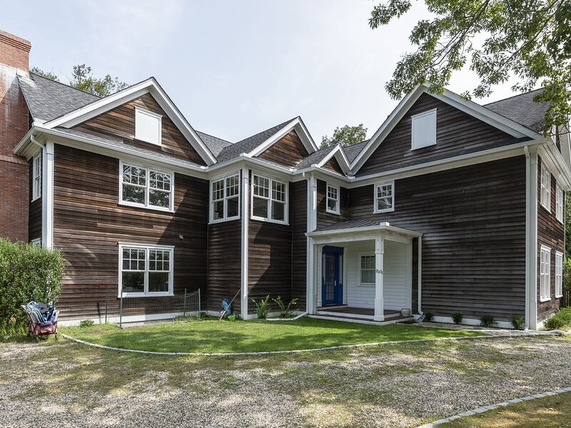 Mansion Near the Bay. 7 bedrooms! Chef's kitchen., vacation rental in New Suffolk