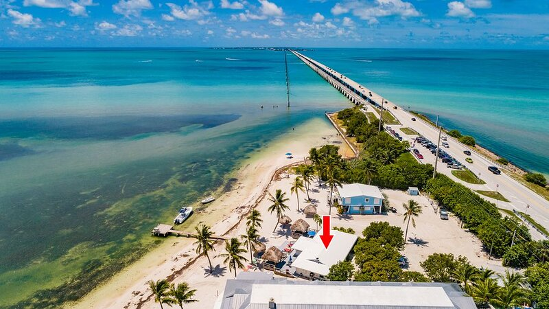 Atlantic Ocean Beachfront Duplex with Private Dock, location de vacances à Long Key