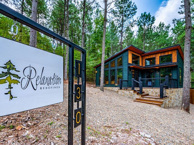 *New* Relaxation Redefined: Luxury Mid-Century Inspired Couples Cabin Retreat, holiday rental in Broken Bow