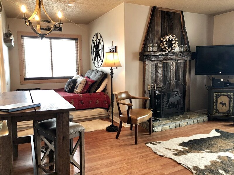 Rustic and cozy Condo with a ski slope view, Indoor Pool and Hot Tub, holiday rental in Beech Mountain
