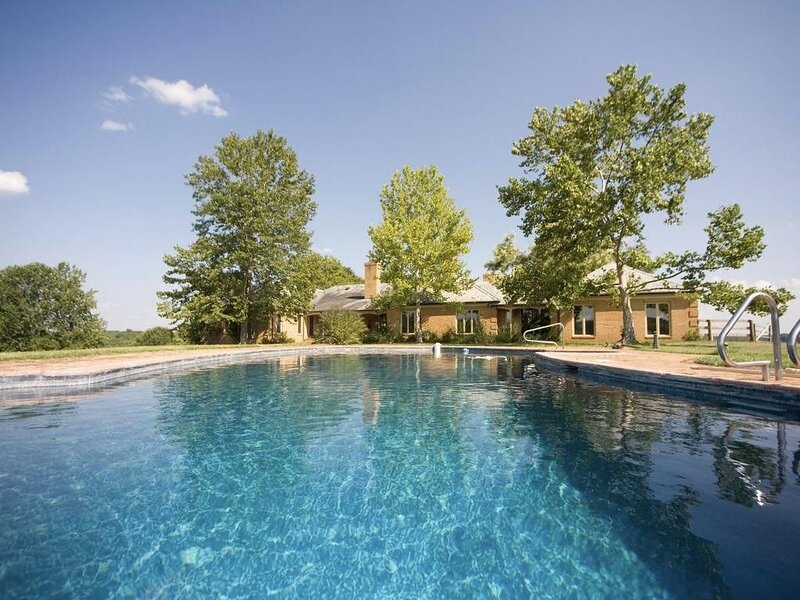 18-Person House with Pool on Spectacular Rural Estate w/ Hot & Pool, location de vacances à Bealeton