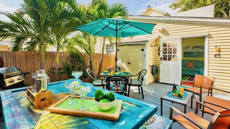 **THE MELLOW MACAW** Cozy Condo Near Duval + LAST KEY SERVICES..., vacation rental in Stock Island