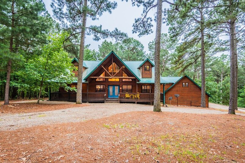 3600 SqFt. Five Bedroom cabin, Hot Tub, Sleeps 16 * Weekday Special*, holiday rental in Eagletown