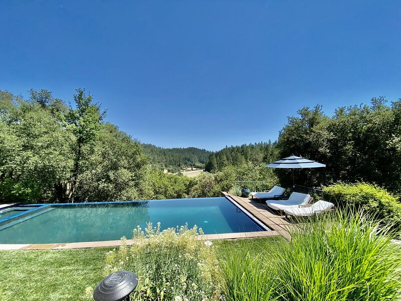 Private gated Villa with heated pool and stunning grounds overlooking vineyards, holiday rental in Pope Valley