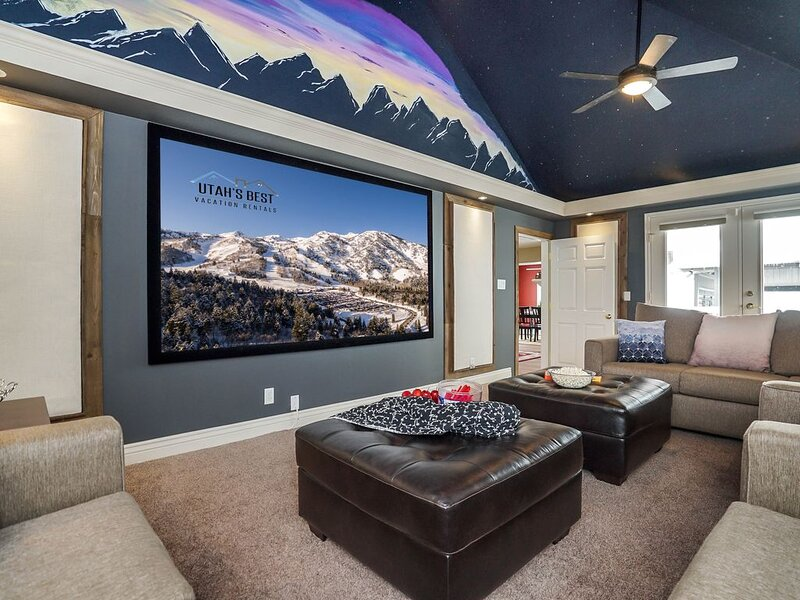 Entertainment Paradise! Theater * Private Hot Tub * Mtn Views * Fire Pit, vacation rental in Davis County