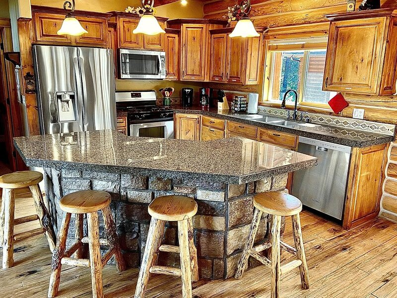 Spacious Mountain Log Cabin Near Tamarack 4bd+/4ba, alquiler vacacional en Donnelly