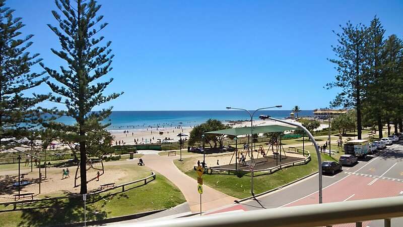 Kingston Court Unit 11 Right on the beach in Rainbow Bay Coolangatta, holiday rental in Coolangatta