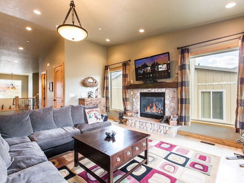 Family-Friendly 4BR/4BA Deer Valley Ski Home, Mountain Views, NEW Private Hot T, holiday rental in Heber City
