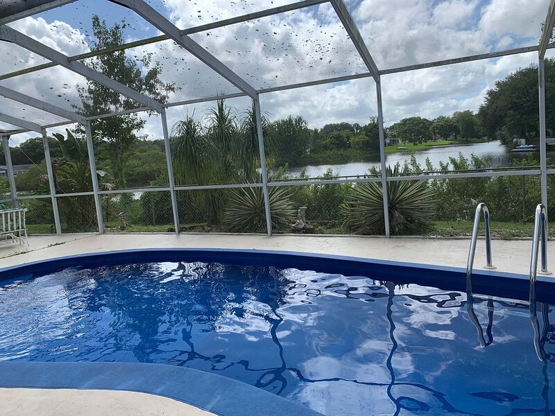 Tropical Sanctuary Poolhome, island included! Pet friendly., alquiler de vacaciones en New Port Richey