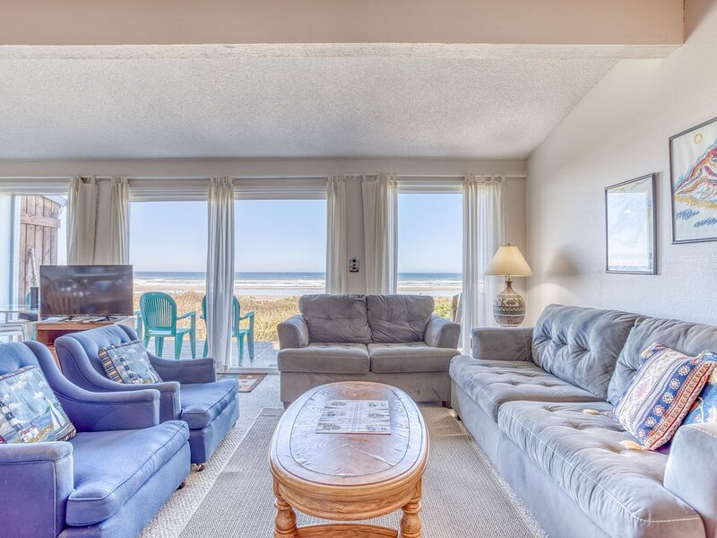 Oceanfront with Stone Fireplace, Deck and Private Access Just Steps to the Beach, vacation rental in Waldport