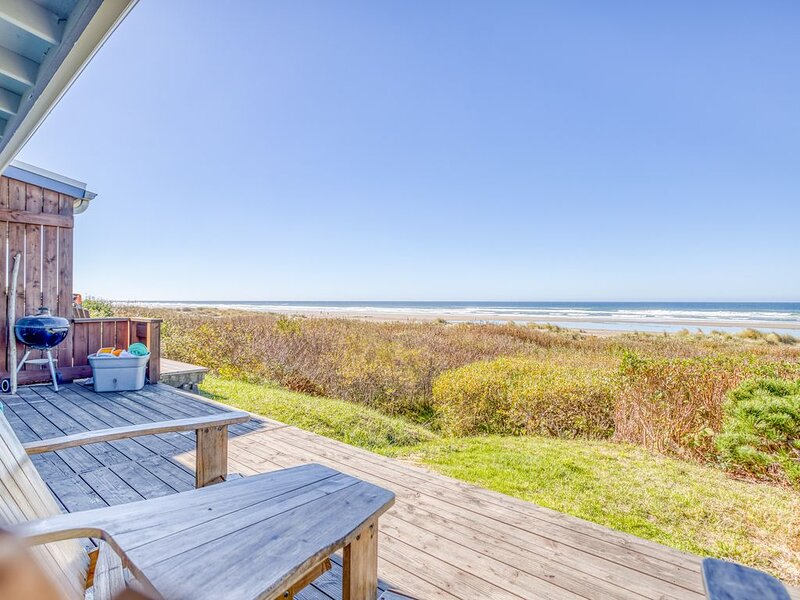 Oceanfront with Stone Fireplace, Deck and Private Access Just Steps to the Beach, holiday rental in Waldport