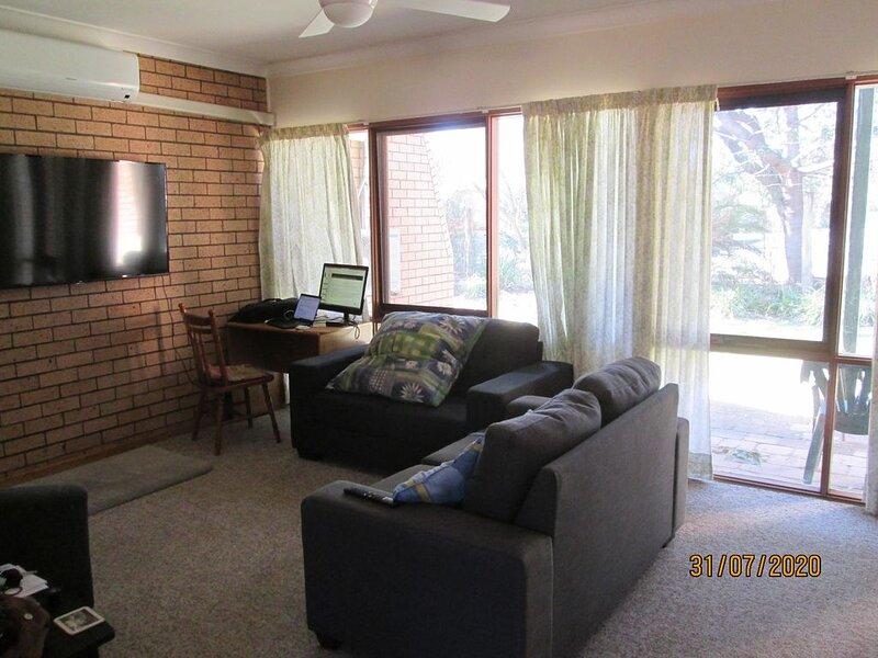 Cosy and conveniently located townhouse located a short stroll from the beach, vacation rental in Moruya