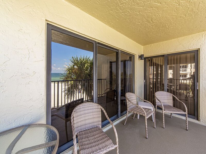 Direct Beach & Gulf Views from this large Upgraded Corner Unit - Quiet Indian S, alquiler de vacaciones en Redington Shores