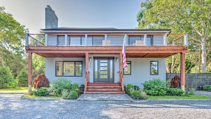 Newly renovated contemporary with glimpse of Gardiners Bay, custom details..., location de vacances à East Hampton