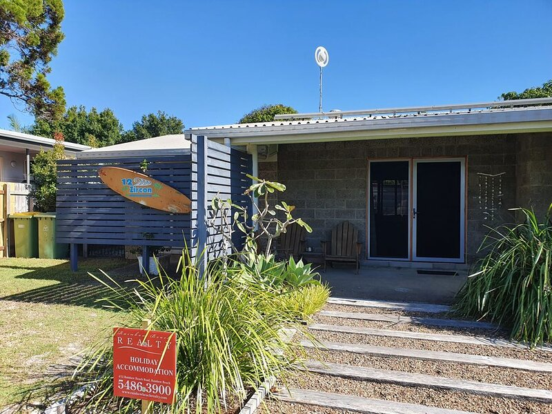 12 Zircon Street - Renovated beach shack with the perfect blend of comfort and c – semesterbostad i Gympie Region