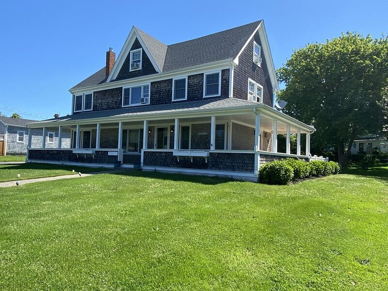 Large Updated Home, Walk To Beach, 6BR, 4BA Sleeps 13+, holiday rental in Middletown